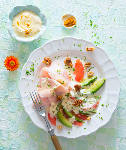 Chicken breast salad with avocado, grapefruit and curry yoghurt