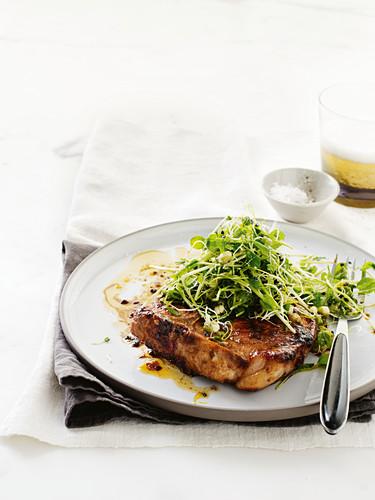 Sticky Schweinekoteletts mit Meerrettich-Sprossen-Salat