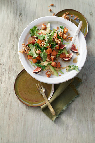 Kale salad with roasted pumpkin, avocado and figs with crispy flakes
