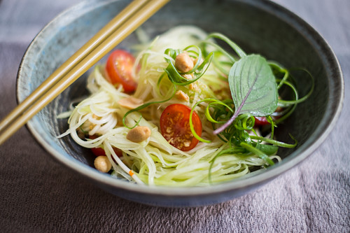 Green papaya salad with tomatoes and peanuts (Asia)