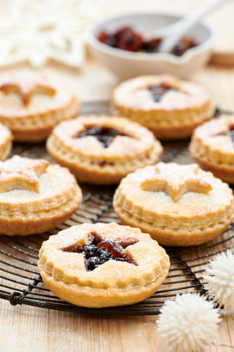 Small mince pies on a cooling rack