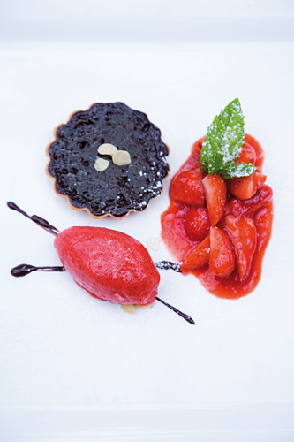 A bittersweet tartlet with strawberries and raspberry sorbet