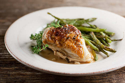 Chicken with gravy, thyme and green asparagus