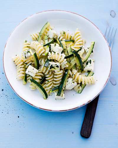 Courgette and pasta salad with sheep's cheese