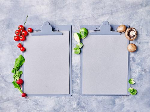 Low-Carb-Symbolbild mit Gemüse, Pilzen und Klemmbrett