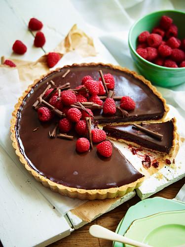 Haselnuss-Schokoladen-Tarte mit Himbeeren