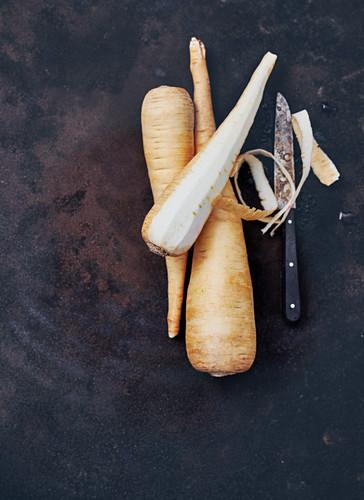Wurzelpetersilie, ganz und geschält, mit Messer
