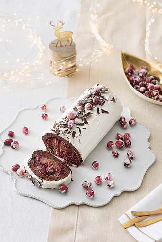 Festliche Schoko-Cranberry-Roulade