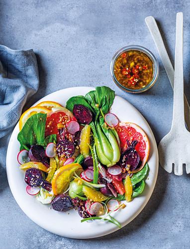 Salat mit Zritrusfrüchten und gerösteter roter Bete
