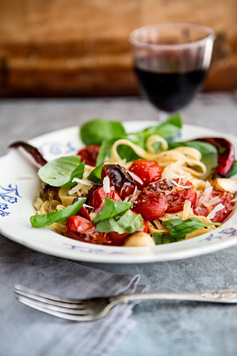 Tagliatelle with tomatoes and basil