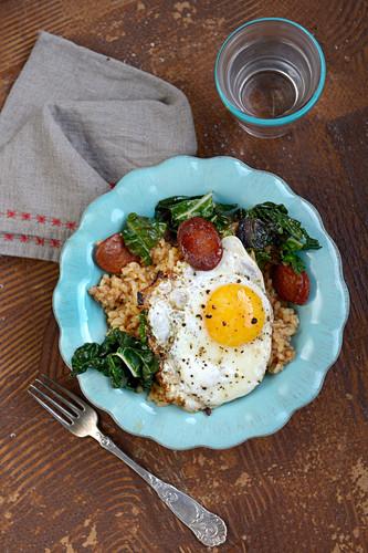 Reis mit Mangold, Chorizo und Spiegelei