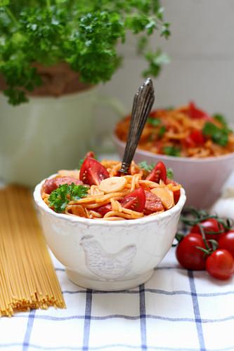 Spaghetti mit Tomaten, Wurst und Knoblauch