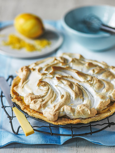 Lemon Meringue Pie auf Abkühlgitter