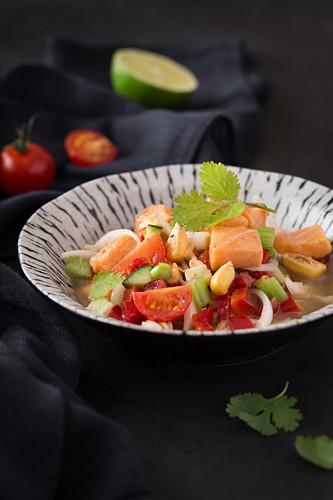 Lachs-Ceviche mit Tomaten