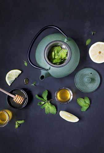 Teekanne mit frischen Minzblättern und Zitrone