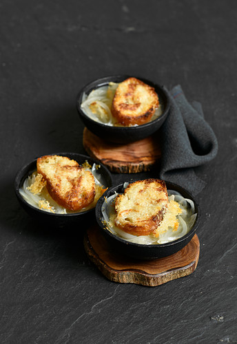 Onion soup with toasted cheese croûte