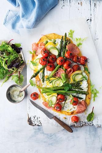 Polenta-Pizza mit Ricotta, Salami und Gemüse
