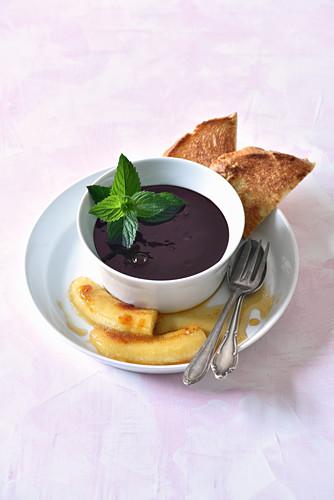 Elderberry soup with honey-bananas
