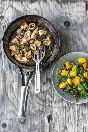 Gebratene Calamari mit Babyspinat und Kartoffeln
