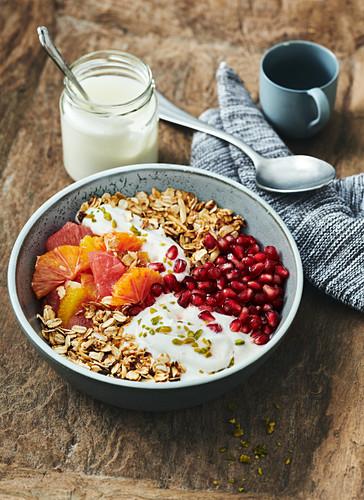 Power muesli with yoghurt, grapefruit and pomegranate seeds