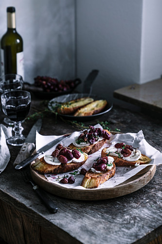 Crostini with oven-roasted grapes and goat's cheese