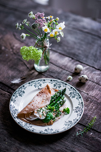 Spelt pancakes with green asparagus and goat's cheese