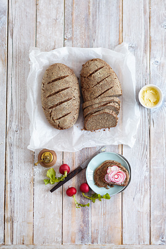 Dark almond bread with granular cream cheese (low carb)