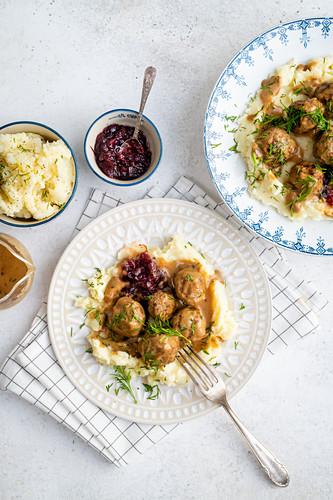 Schwedische Fleischbällchen mit Kartoffelpüree und Preiselbeeren