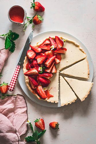 Vanilla pudding tart with strawberries