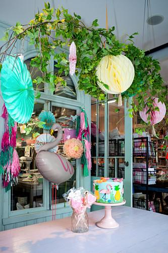 Verkaufsraum einer Keksmanufaktur bunt dekoriert mit Wabenbällen und Rosetten