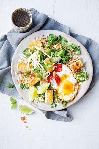 Reissalat mit Spiegelei, Sprossen und Tofu (Asien)
