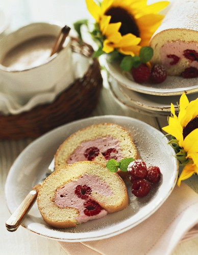 Sponge roll with raspberries