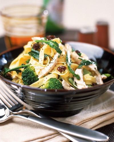 Tagliatelle al pollo (Ribbon pasta with chicken & broccoli)