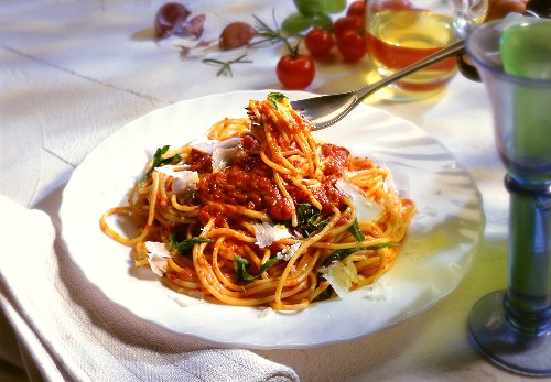 Spaghetti with tomato sauce, rocket and Parmesan