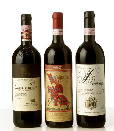Drei Flaschen Chianti Classico aus der Toskana, Italien
