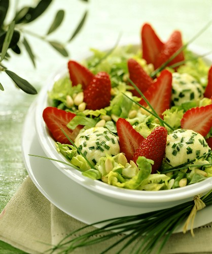 Salad with fresh strawberries and fresh goat's cheese balls