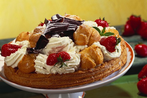 Strawberry gateaux with profiteroles and cream