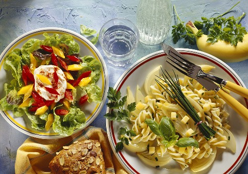 Oak leaf lettuce with peppers & herb pasta with cheese