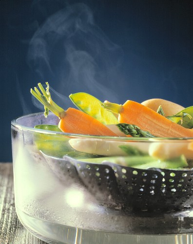 Steamed vegetables (carrots, mangetouts, asparagus) in pan