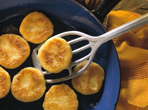 Kartoffelplätzchen in blauer Pfanne & auf Bratenwender