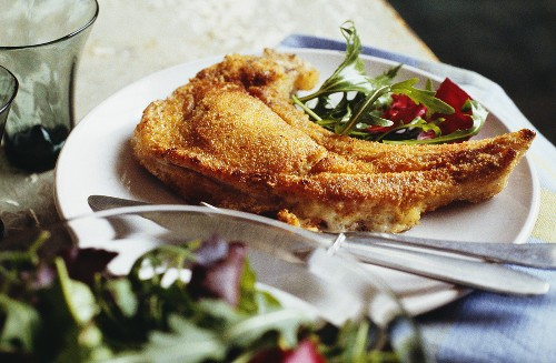 Breaded stuffed veal cutlet with rocket salad