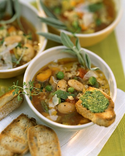 Minestrone con la salvia (Vegetable soup with sage)