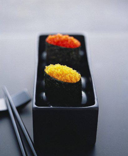 Gunkan maki with two sorts of caviare in black bowl