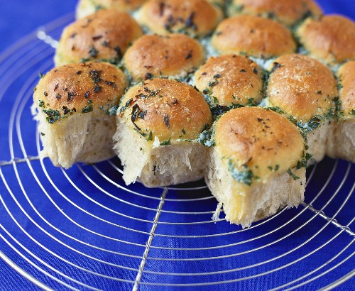 Bread roll with garlic butter & parsley on cake rack
