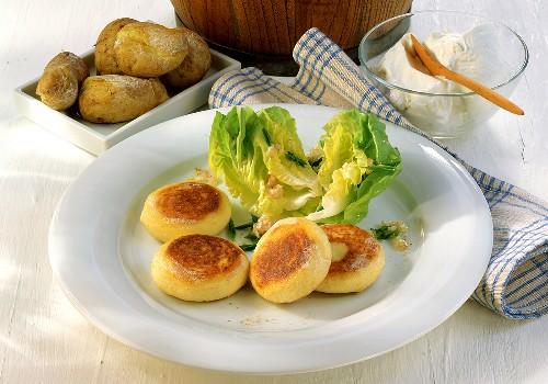 Kartoffelplätzchen mit Kopfsalat