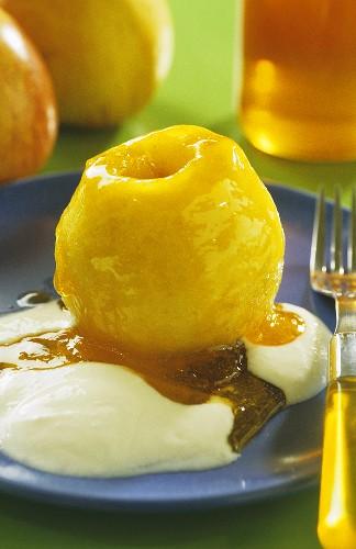 Honey-coated apple with yoghurt sauce