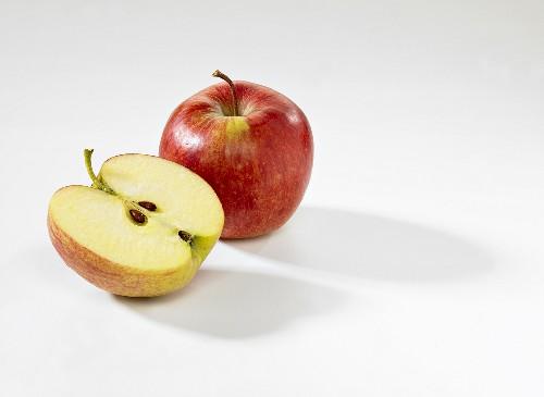Whole apple and half apple (Jonared)