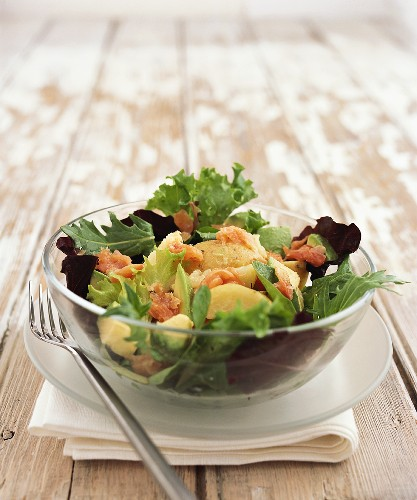 Salad leaves with salmon, avocado and pears