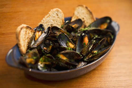 Zuppa di cozze (Steamed mussels with toast)