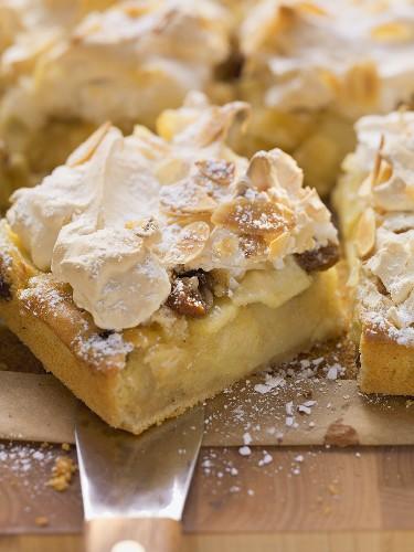 Apple cake with almond meringue